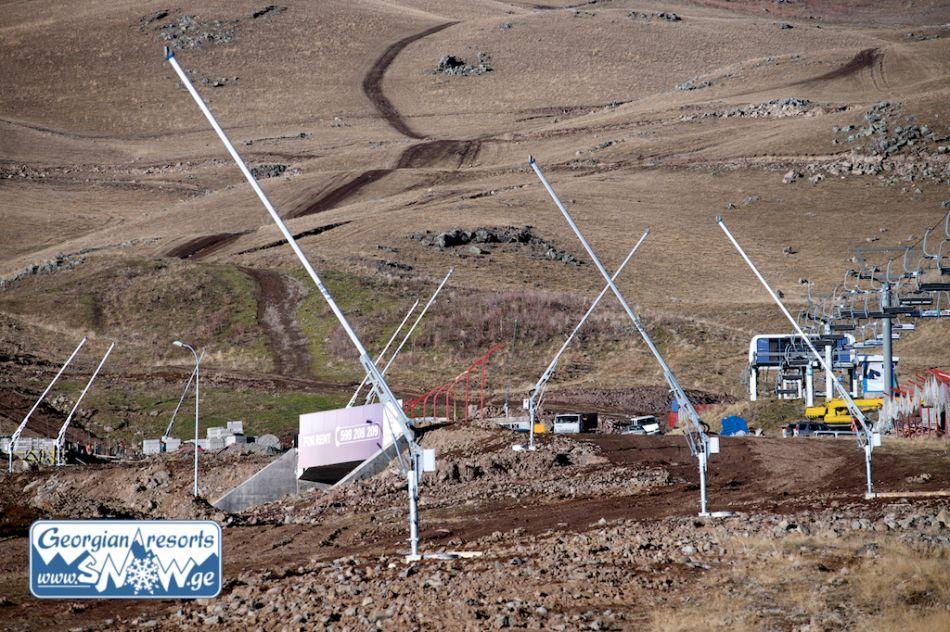 Снежные пушки установлены на горнолыжном курорте Гудаури в Грузии